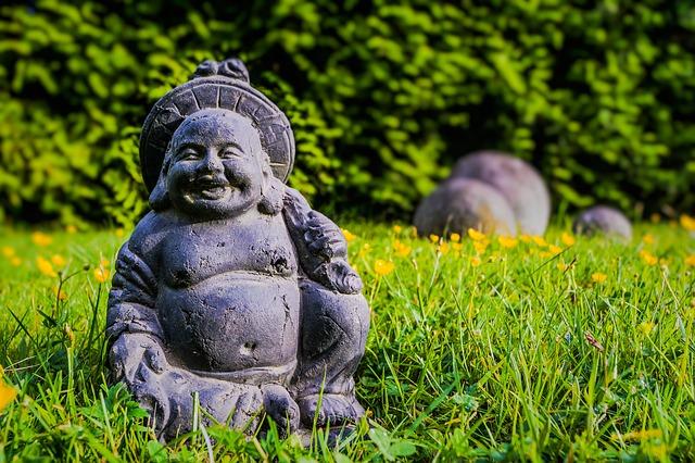 Buddha sorride agli arrabbiati sconosciuti