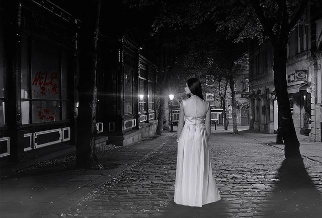 Thriller paratattico: giovane donna a Montmartre