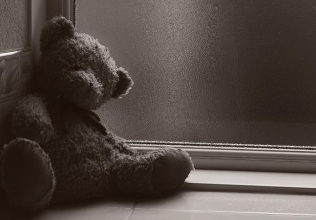 L'orso Teddy è stanco e va a dormire nel lettino - L'odore del legno